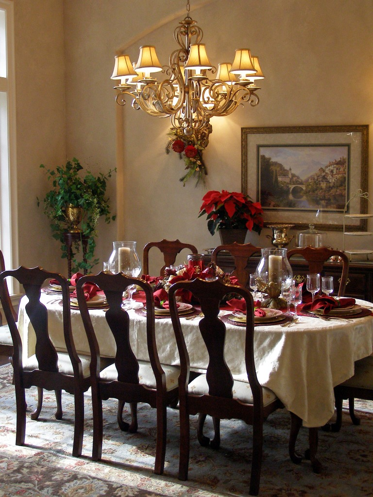 25 stunning christmas dining room decoration ideas for Pictures of dining room tables decorated