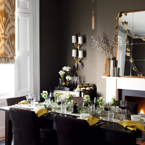 25 stunning christmas dining room decoration ideas for Christmas dining room table decorations