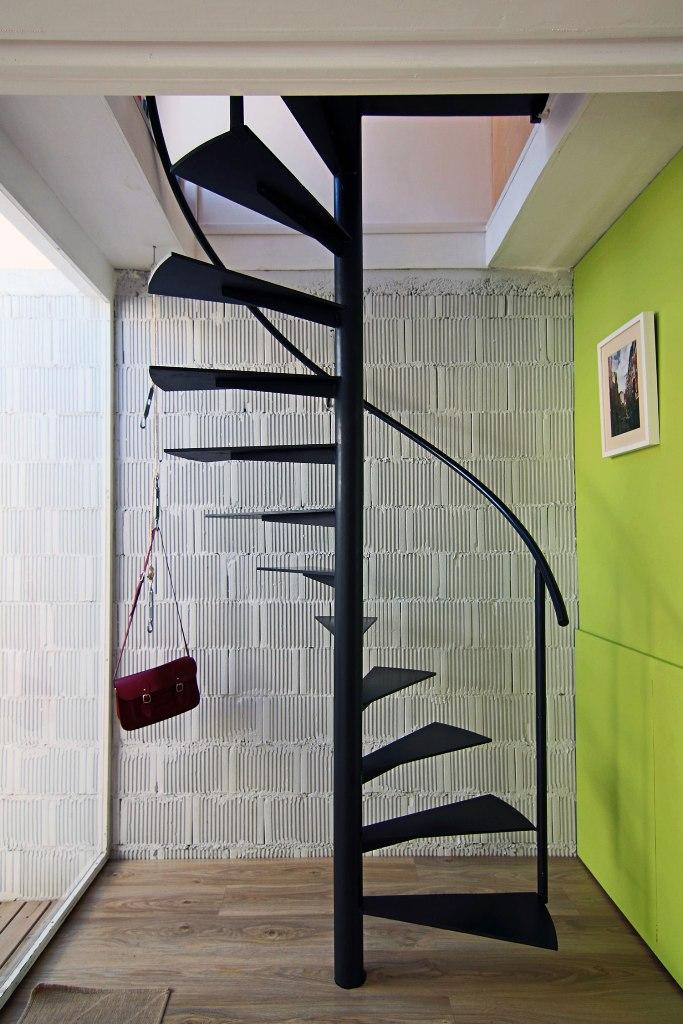 interior-black-iron-scandinavian-staircase