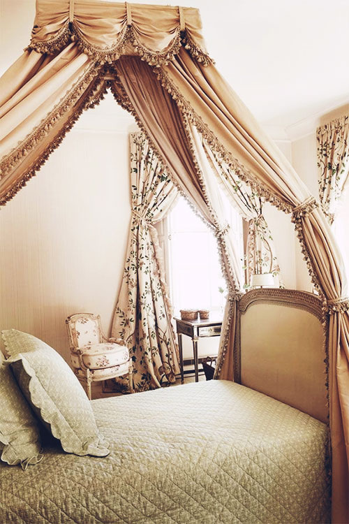 Romantic Traditional Canopy Bed