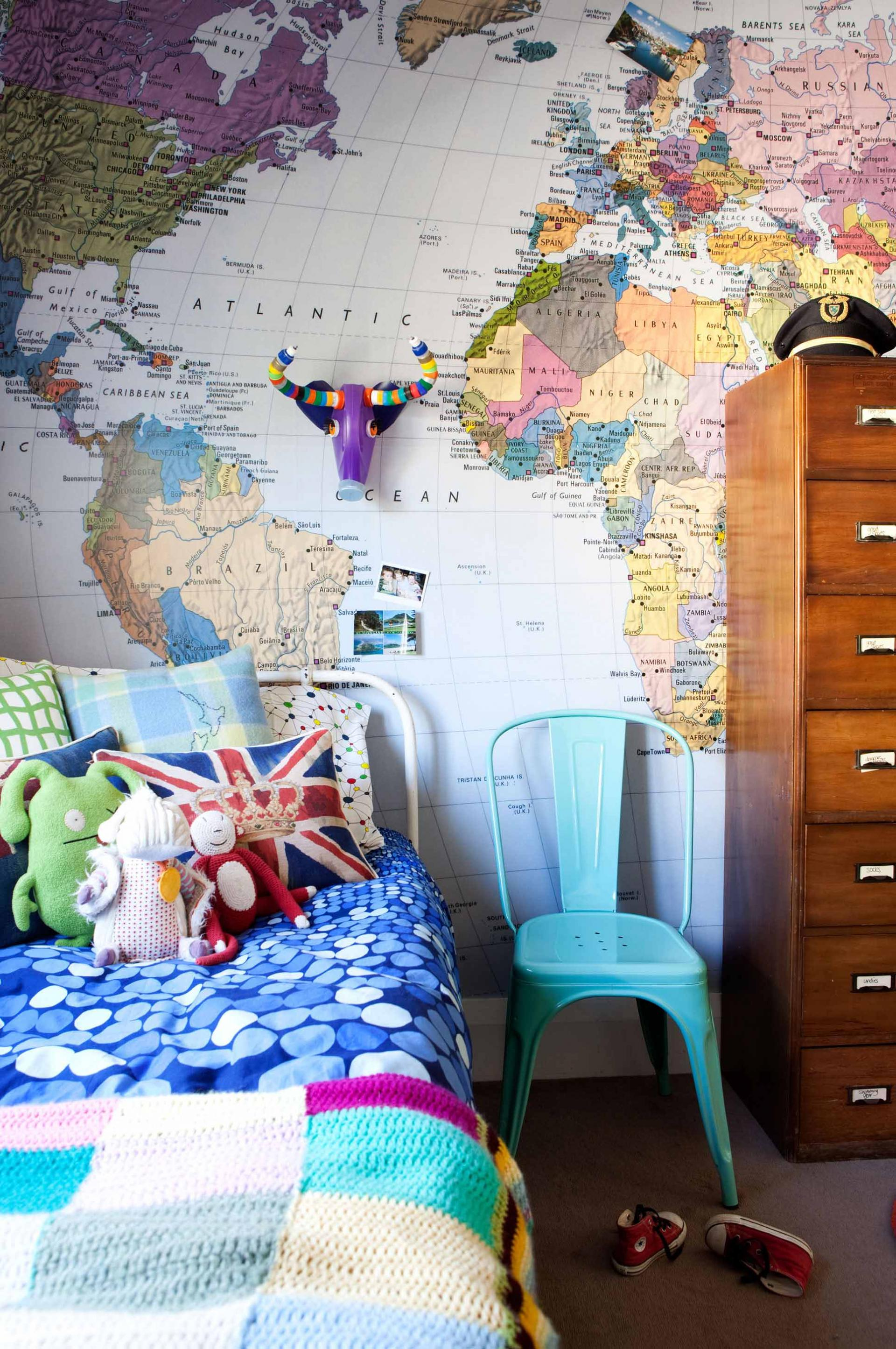 colourful-kids-bedroom-decoration-world-map-wallpaper