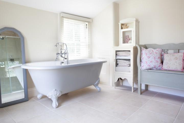 stunning-shabby-chic-bathroom-corner-cabinet-white-ideas