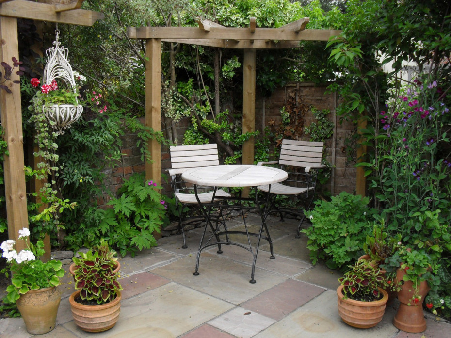 courtyard-landscape-design-regarding-small-courtyard-gardens-design-corner-pergola-outdoor-dining-set