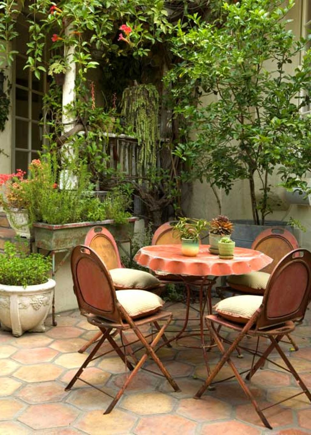 Patio table and chairs for small spaces for Outdoor patio small spaces