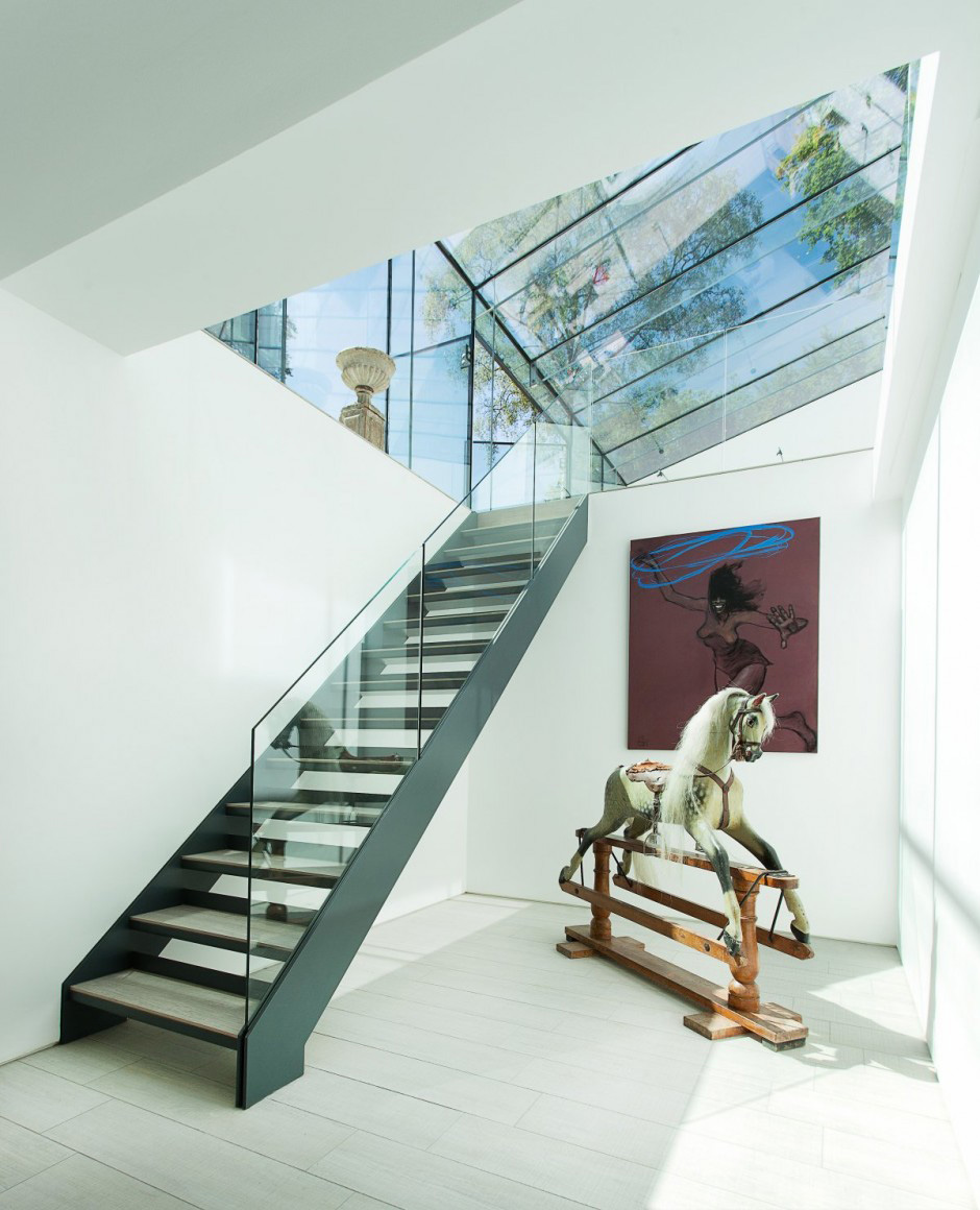 Modern glass wing staircase
