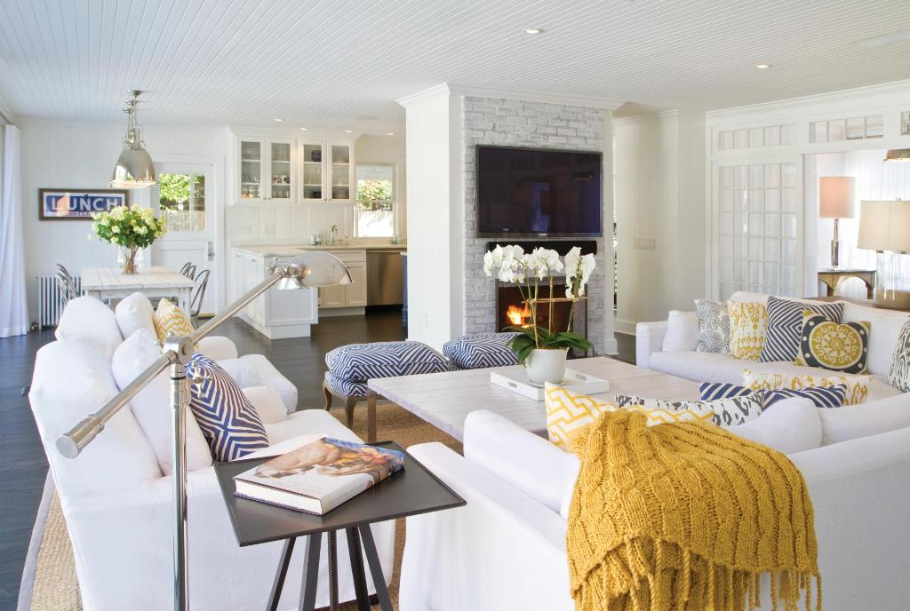 east-hamptons-beach-house-living-room