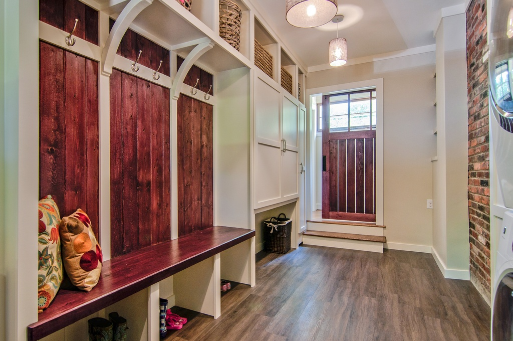 30 beautiful mudroom design ideas for Mudroom locker design plans