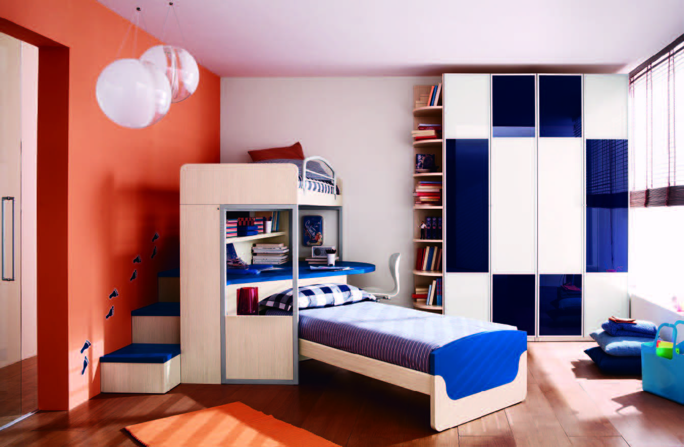 Blue-Accented-Stairs-in-Boys-Bedroom