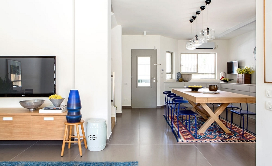 Eclectic-dining-room-with-modern-wooden-table-and-graphic-rug