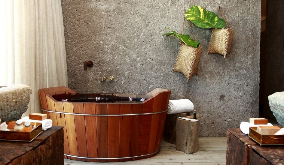 outstanding-tropical-bathroom_concrete-wall_wooden-free-standing-bathtub