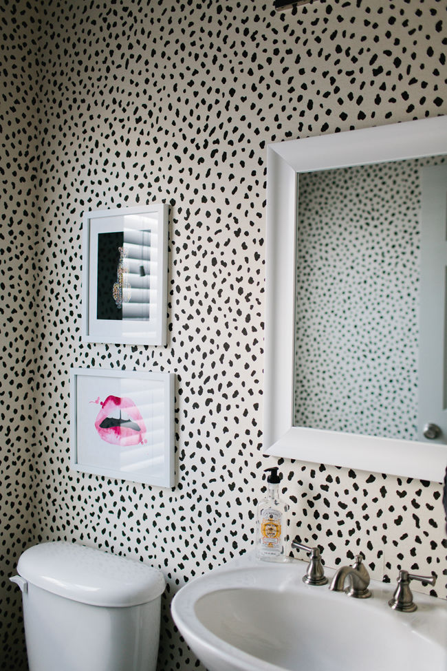 15 stunning bathroom wallpaper design ideas for Leopard print bathroom ideas