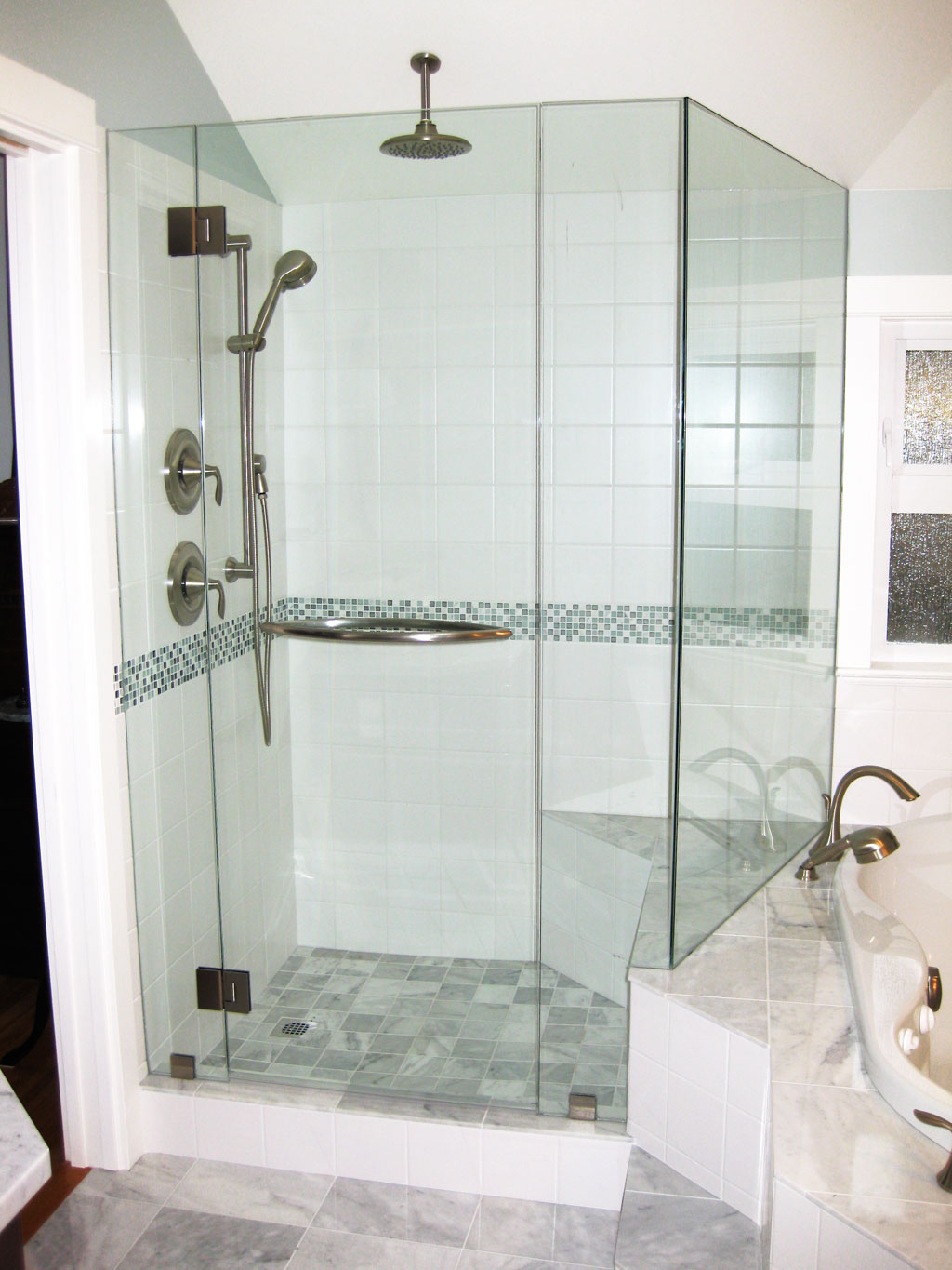 20 modern bathrooms with glass showers for Bathroom designs glass
