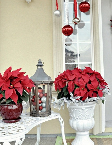25 simple christmas decorating ideas for Easy front porch christmas decorations
