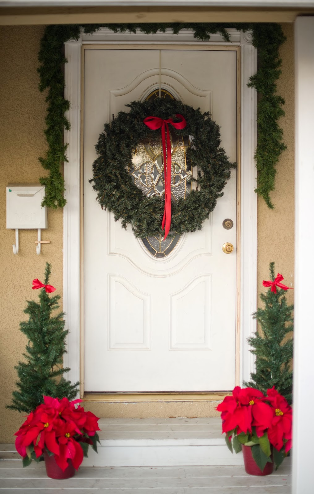 22 christmas wreath ideas for your front door for Door decorations for christmas