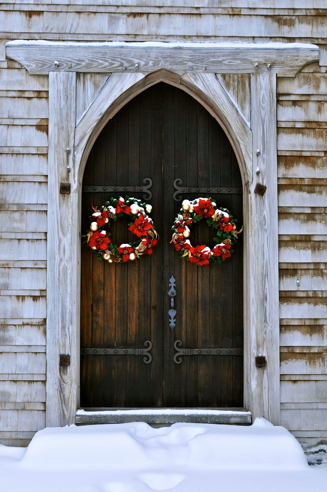 rustic-entry-door-christmas-wreath