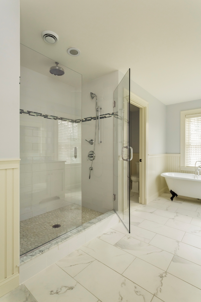 20 stylish bathrooms with walk in showers for Huge walk in shower