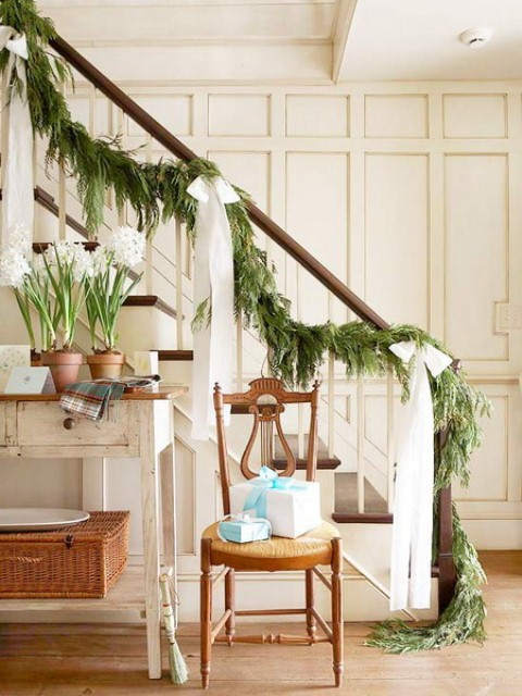christmas-staircase-decorating-10