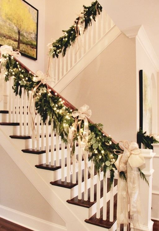 christmas-staircase-decorating-2