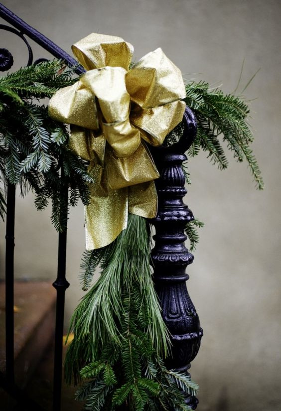 christmas-staircase-decorating-7