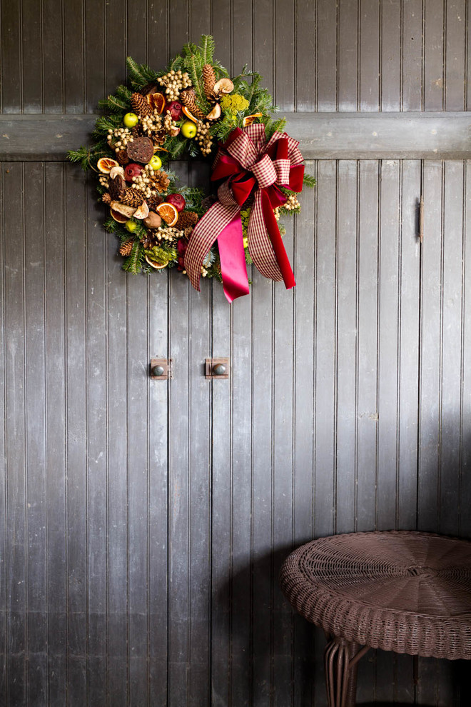 Christmas Shed Decor With Pine-cone & Faux Fruits