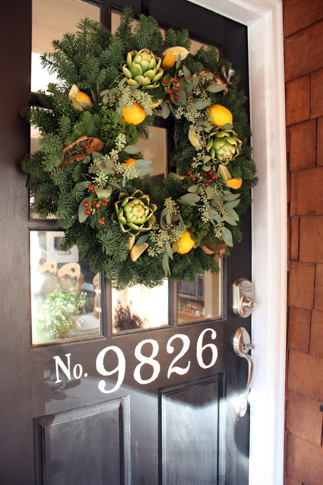 Traditional Style Entry Wreath Decor