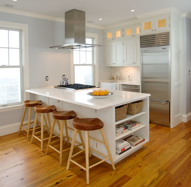 Traditional Small Kitchen With Island