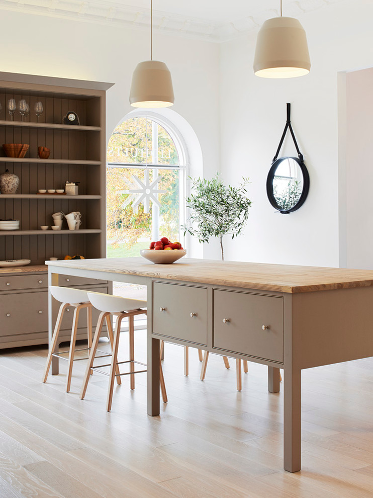 Mid-sized Scandinavian Light Wood Floor Eat-in Kitchen