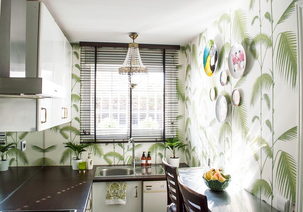 Small Island Style U-shaped Enclosed Kitchen Dwellingdecor