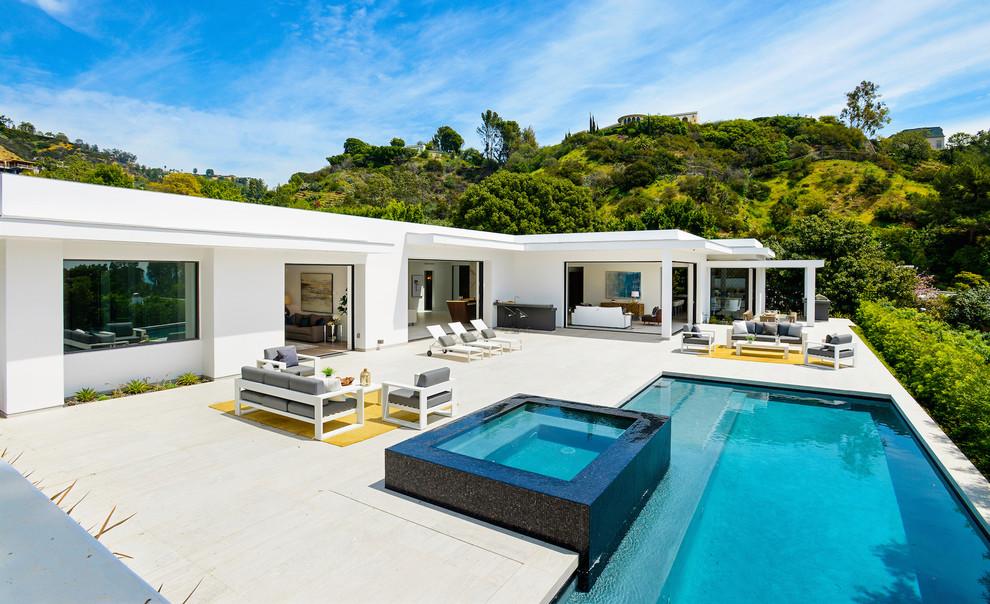 Contemporary House Backyard Pool1 dwelligdecor