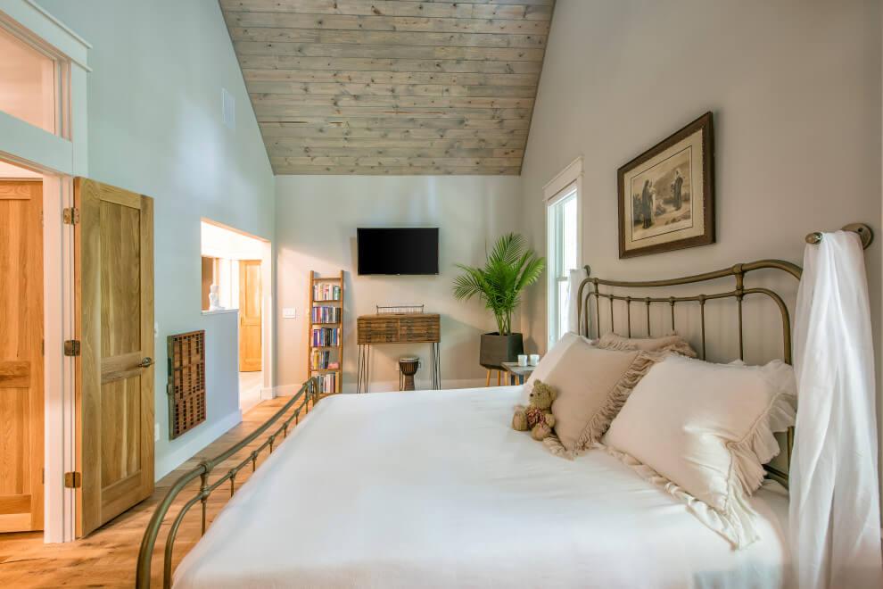 farmhouse bedroom design High Ceiling