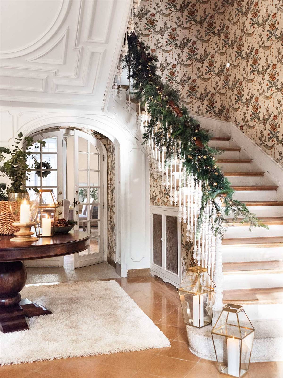 A CHRISTMAS GARLAND TO DRESS STAIRS