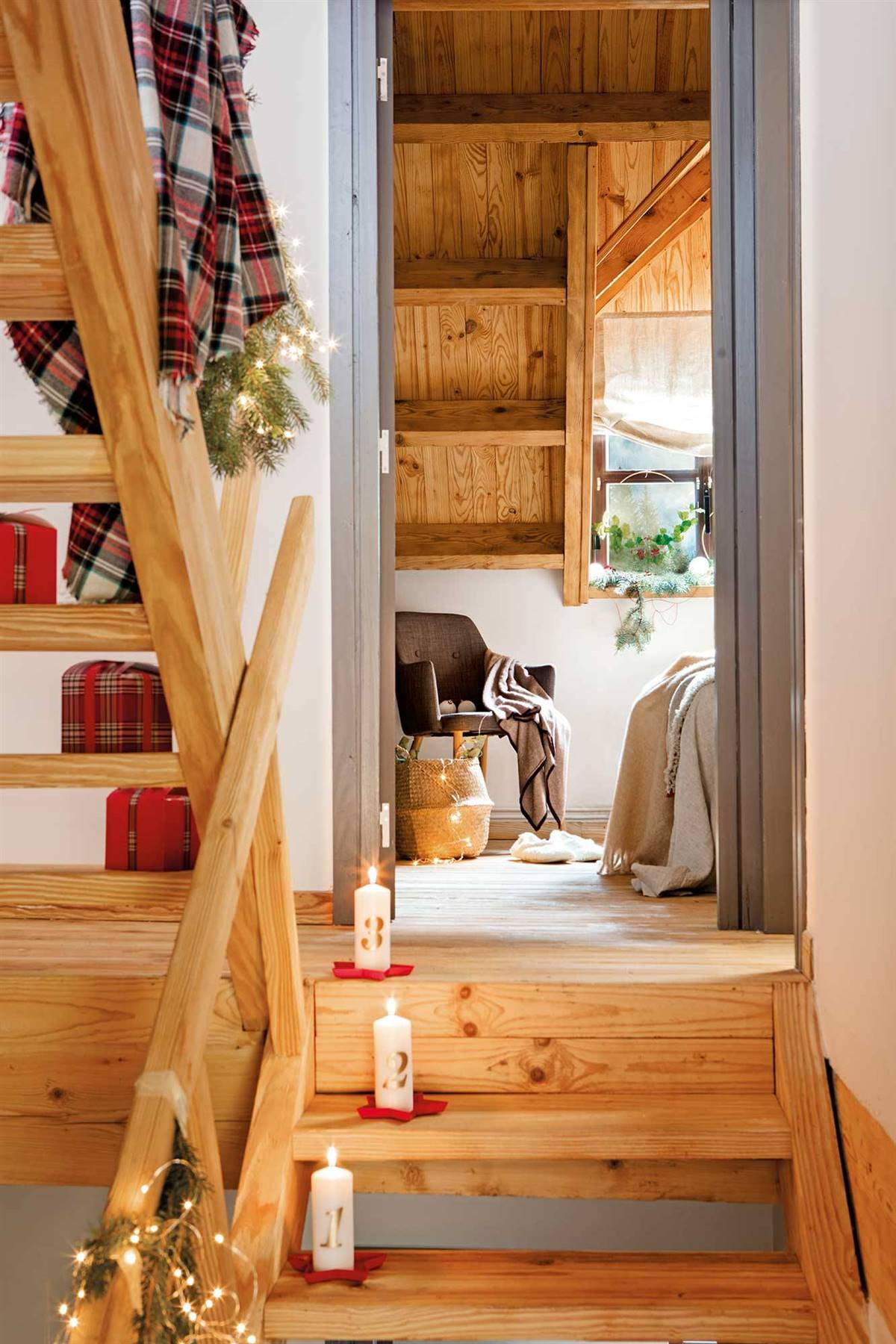 CANDLES, GARLANDS AND GIFTS TO DECORATE INTERIOR STAIRS