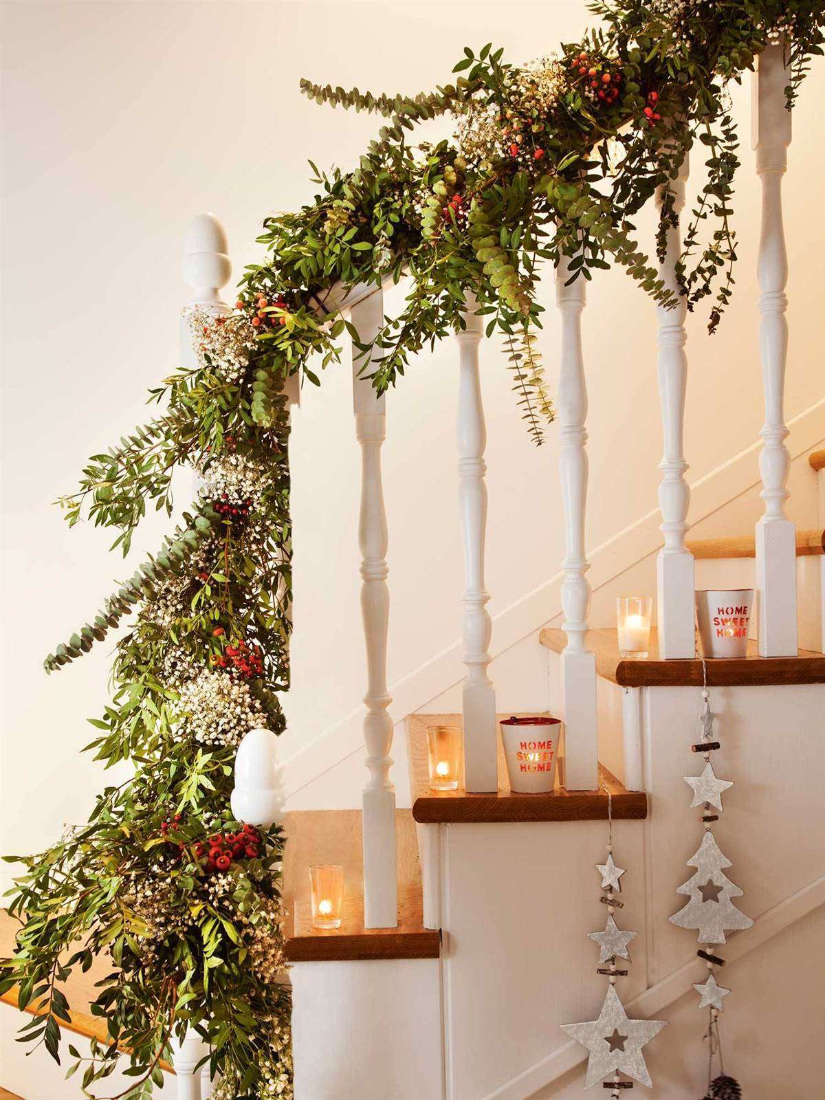 DECORATE THE STAIRCASE WITH A GREEN GARLAND