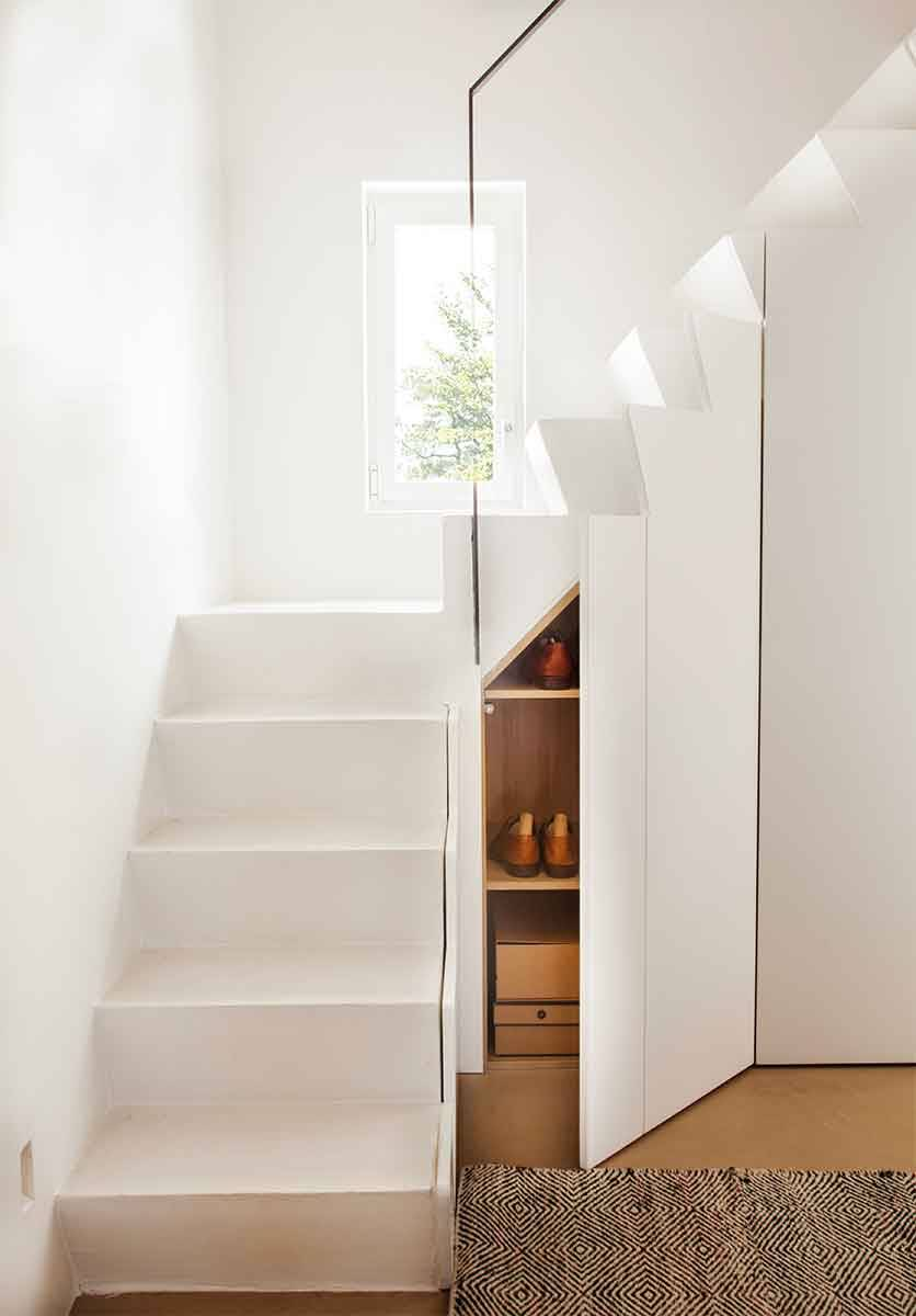 TAKE ADVANTAGE OF THE GAP UNDER THE STAIRS WITH A MINI CLOSET