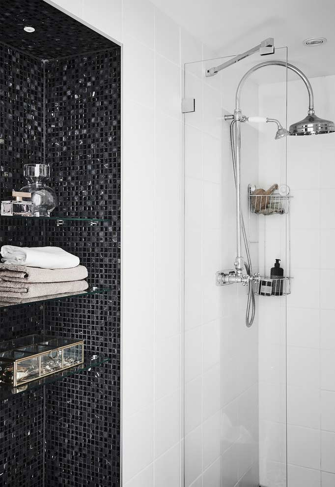 Optimize the use of space by making a large niche with shelves to place towels and decorative objects