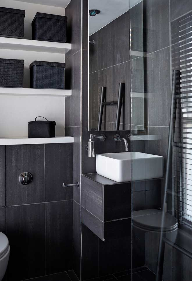 Simple small bathroom with dark finish and contrast with the dishes