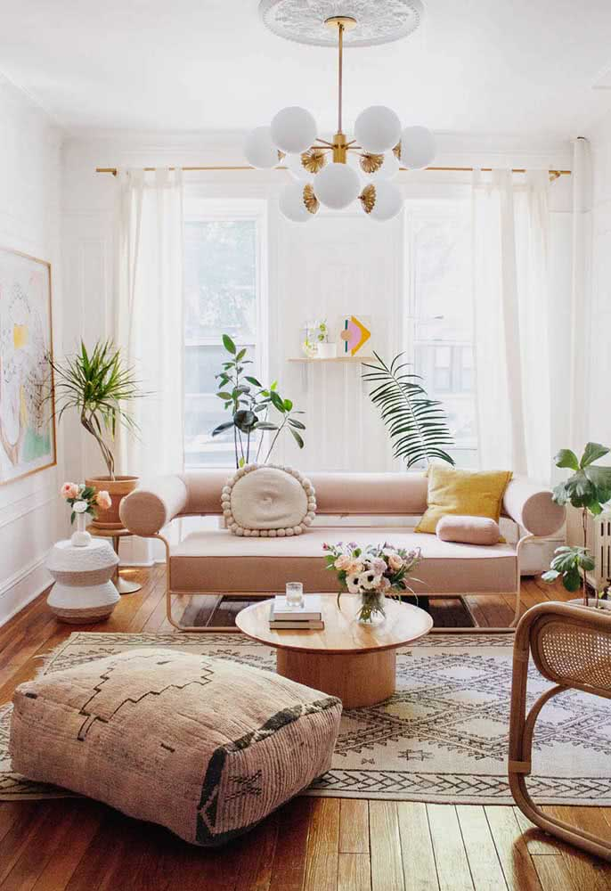 Small room with a sofa that is pure design and style. The exposed feet increase the feeling of space in the room.