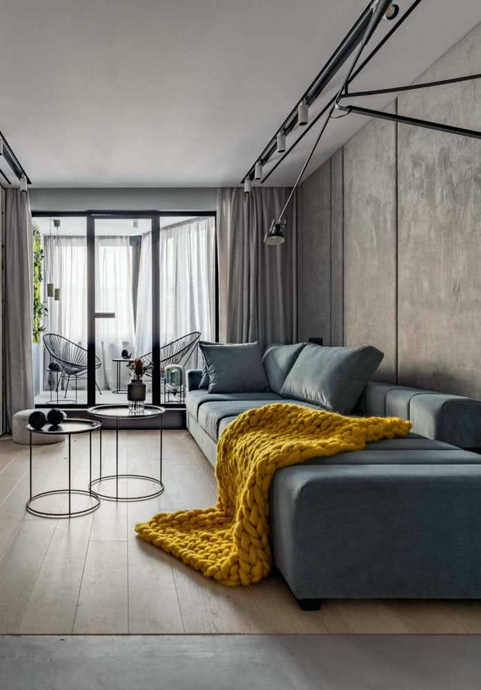 That yellow blanket to make a difference in the decoration of the small room with sofa.