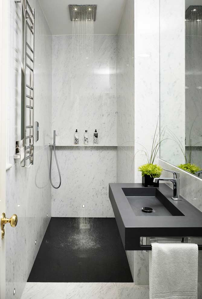 The ceiling shower gives more elegance to the project, in addition to keeping the wall cleaner