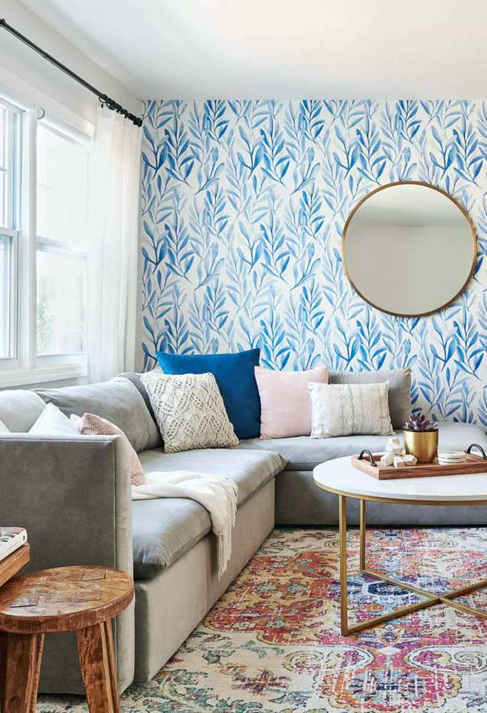 This small and bright room brought a simple corner sofa valued by the cushions.