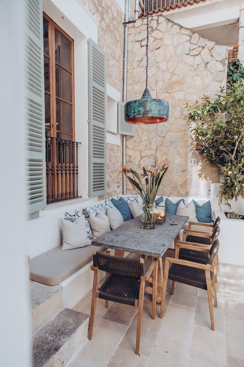 01 - The dining area is installed against the wall of the terrace to gain conviviality