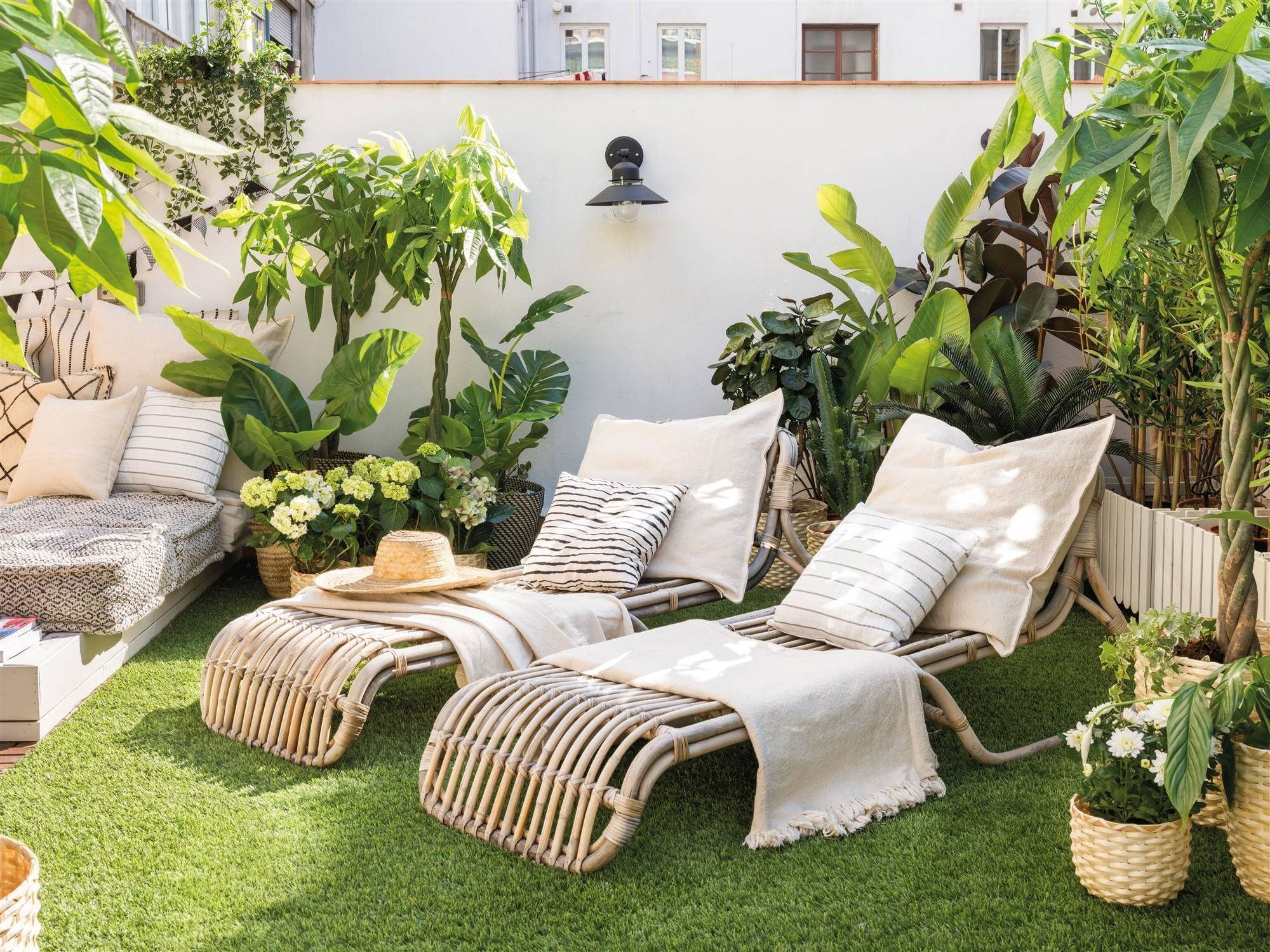 05 -Plants and two sun loungers are enough to weave a lazy spirit