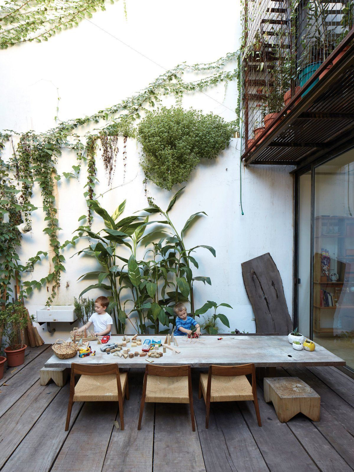 06 -Plants adorn a large wall without charm