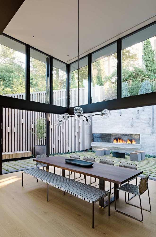 07. Here, the dining table follows the rectangular shape of the room.