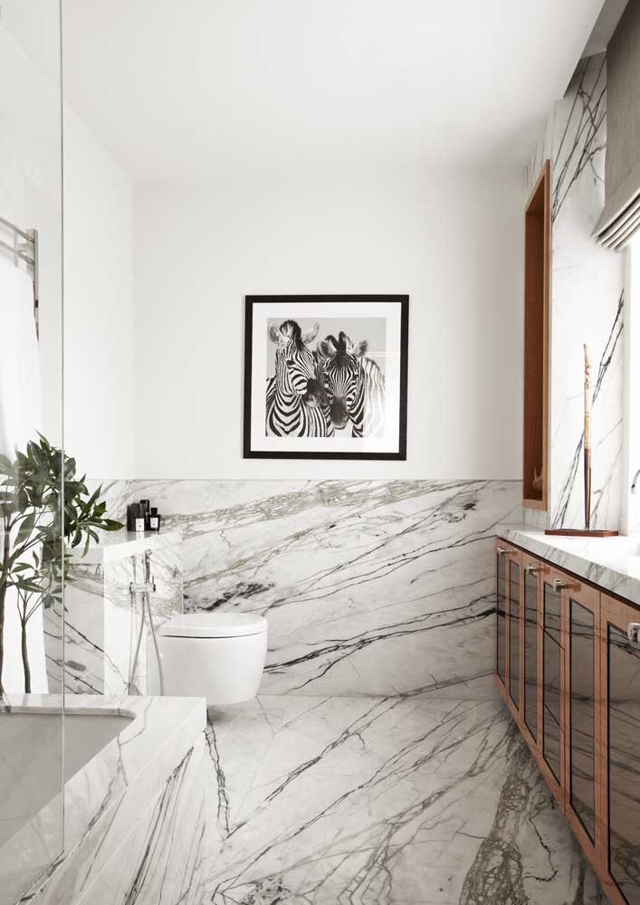 08. Bathroom decorated with marbled porcelain floor.