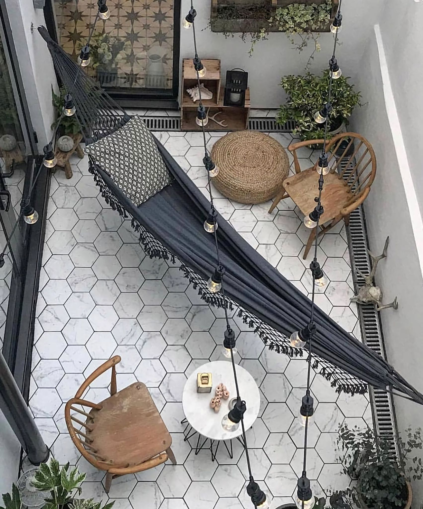 09 -A large hammock is installed in the middle of a lounge-style courtyard