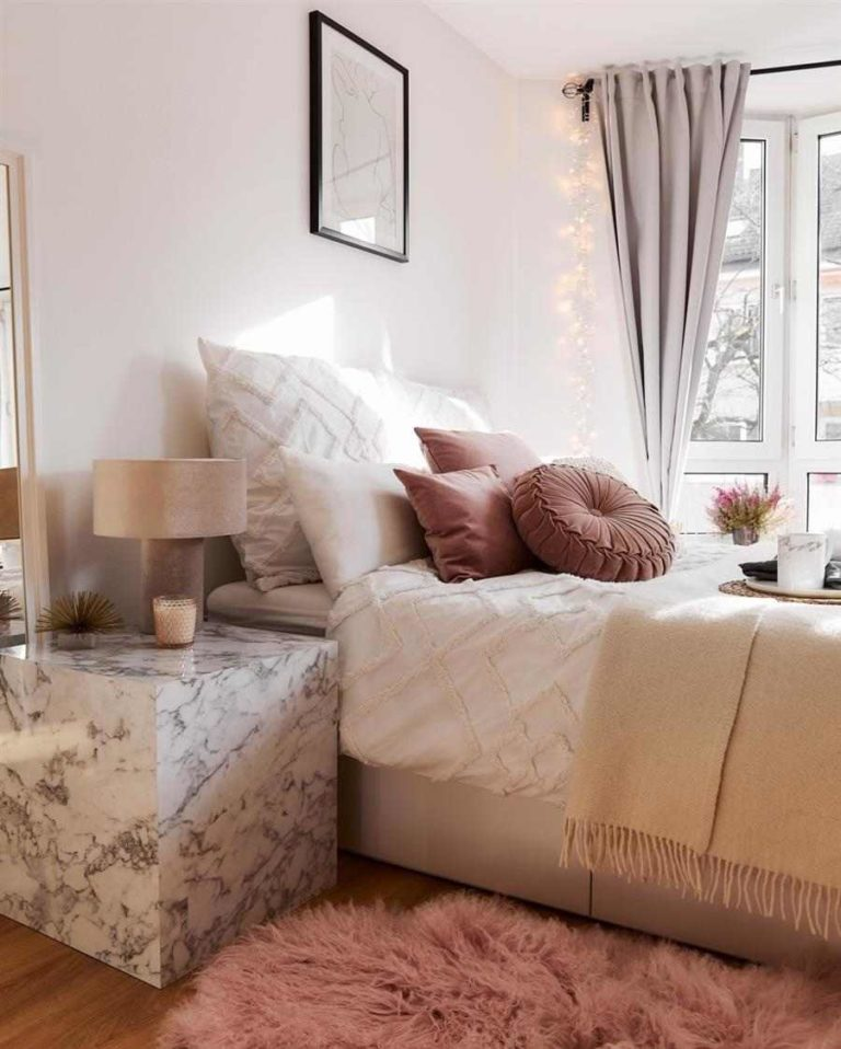 10 - Bed set with decorative fabric pillows
