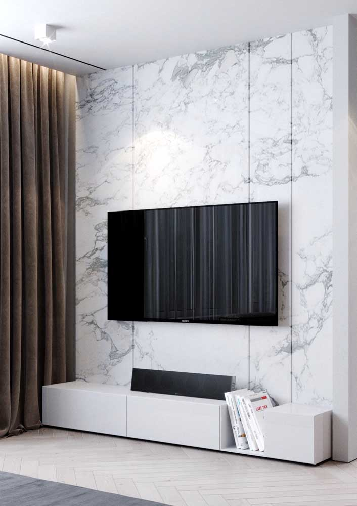 10. Living room with marble panel: sophisticated solution.