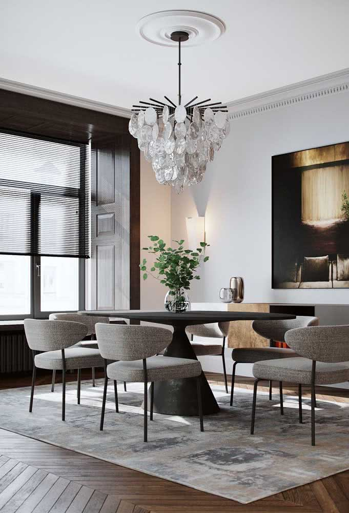 11 - Glamorous, this modern chandelier for the dining room stands out for its glass pieces.