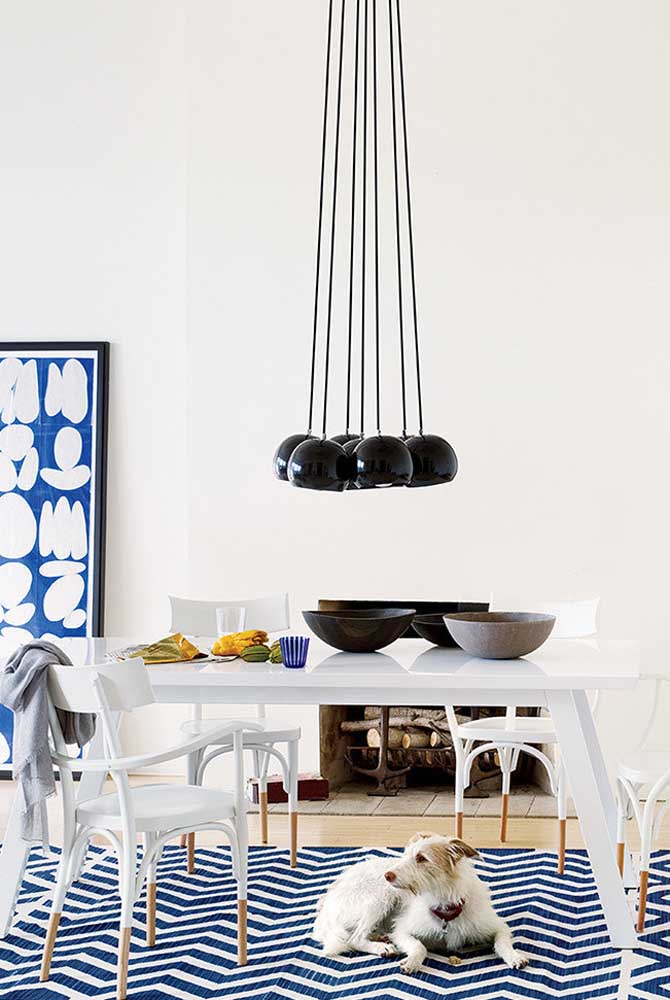 11. A little more relaxed, this dining room bet on blue and black to break the monochromatic pattern of white.
